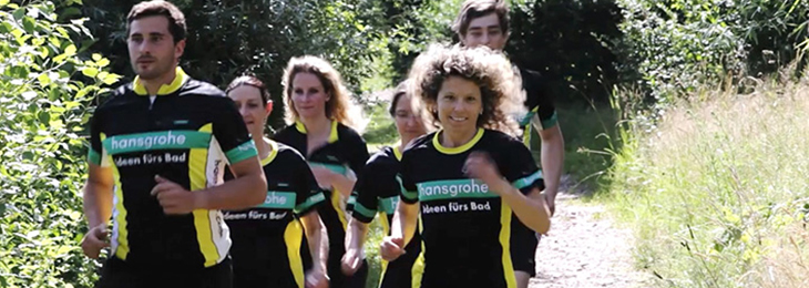 Employees running in the Hansgrohe jersey.