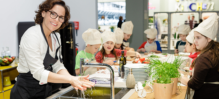 Together with future chefs Michelin-star chef Sybille Schönberger prepared healthy dishes washing fruit and vegetables in hansgrohe sink
