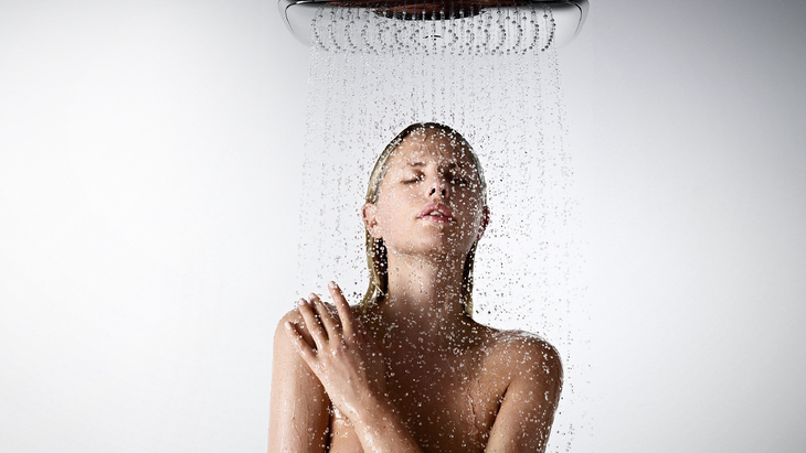 Raindance overhead shower means XXL Performance. Summer rain gushes down from the shoulder-wide spray disc.