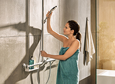 Woman with Unica Comfort shower set.