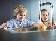 Children at the hansgrohe sink combi unit.