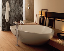 The Axor Massaud bath tub can be free-standing. In this example, however, it is semi-recessed into a flat platform.