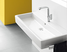 The wash basin is flush to the wall. On ceramic a Hansgrohe Metris single lever basin mixer.