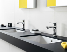 The built-in basin is rounded off with the base unit, where Hansgrohe Metris mixers are installed.
