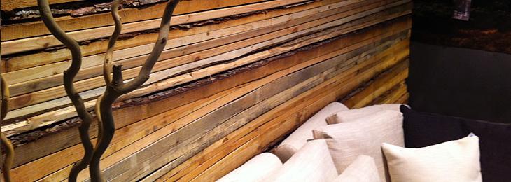 Rivestimento delle pareti in legno rustico dietro ad un divano, visto ...