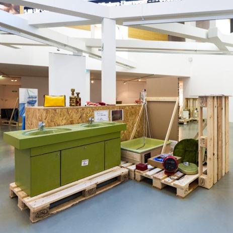 Exponate Auf Holzpaletten · Waschzuber · 70er Jahre Bad ...