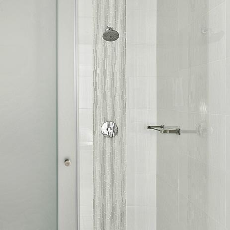 In der Dusche verwöhnen die Raindance S 150 AIR Green Kopfbrause und ...