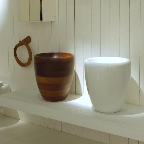 Bad Mit Geprägter Aluminiumwand; Waschschüsseln Vor Wand Aus Holzlatten.