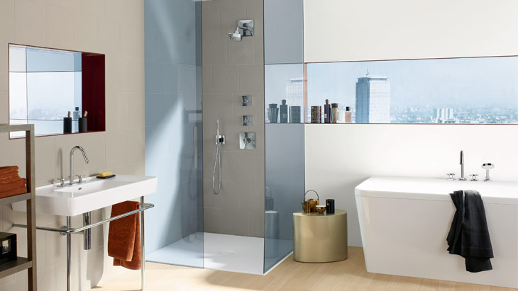The Axor Citterio M mixers with star-shaped handles add a sense of style to the bathroom.