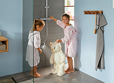 Children can shower with the hansgrohe Croma E.