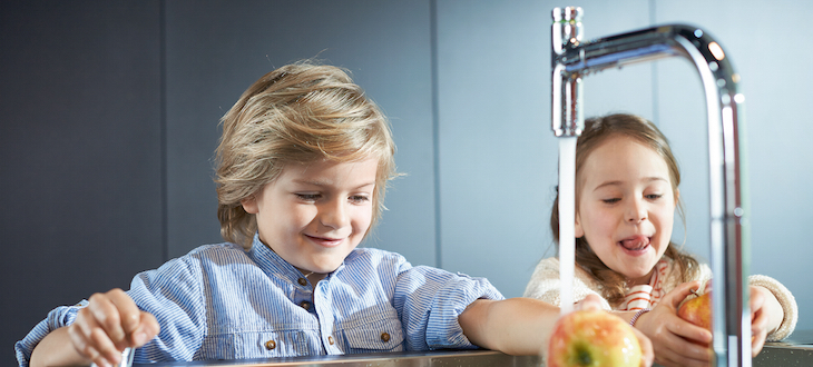 Children at the sink with a Hansgrohe mixer.