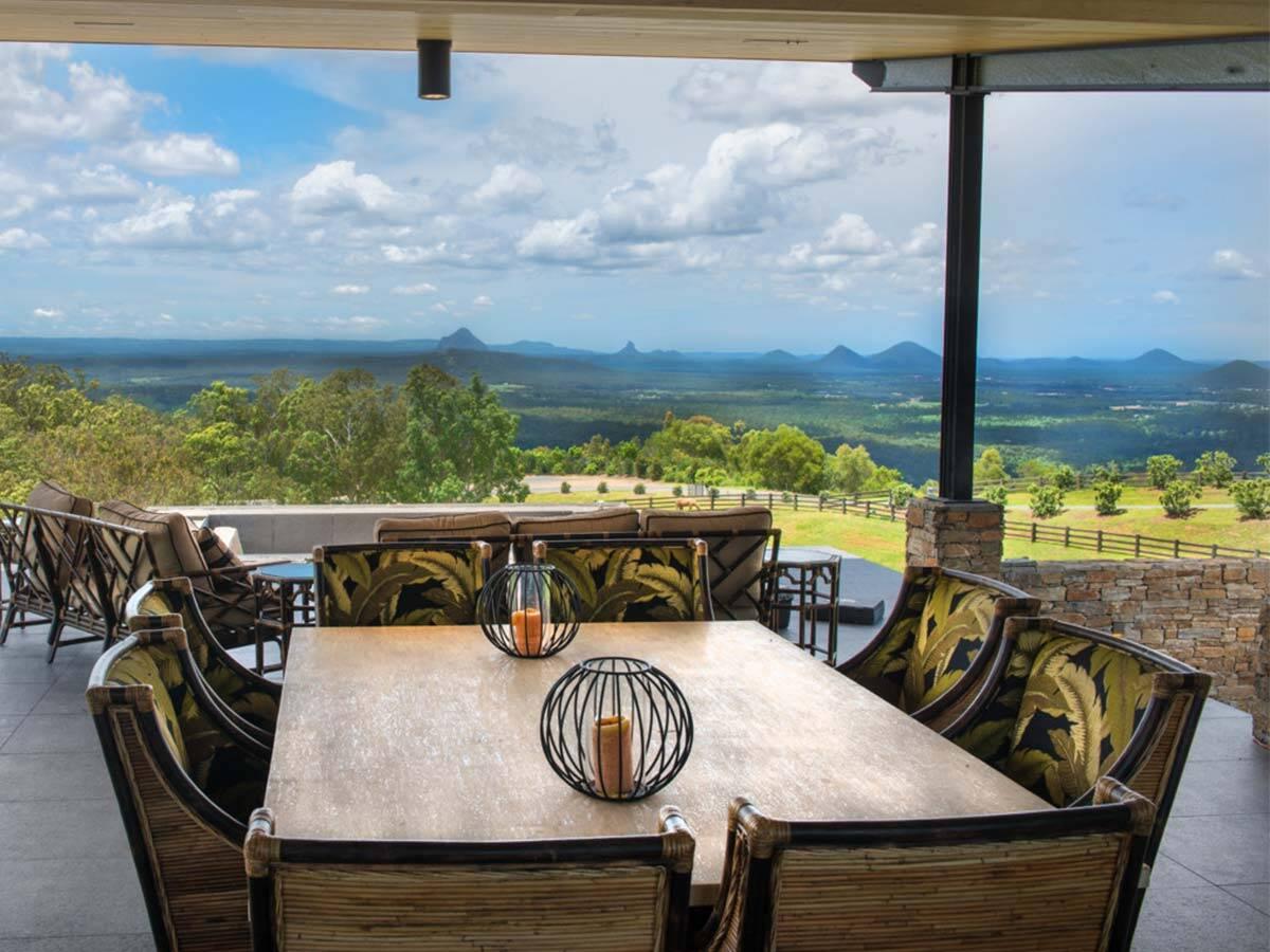 露台上的用餐区与郁郁葱葱的风景。
