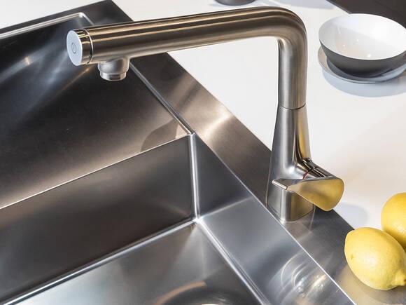 厨房龙头的适当除垢与清洁。