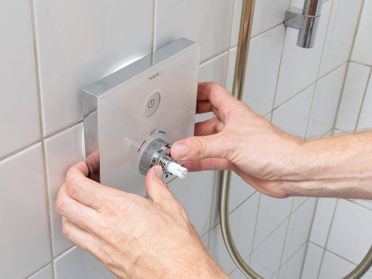 轻松安装 ShowerSelect 暗装恒温器。