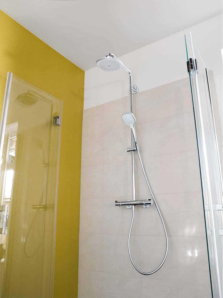 浴室内的色彩:典雅的白色/铬色淋浴系统。