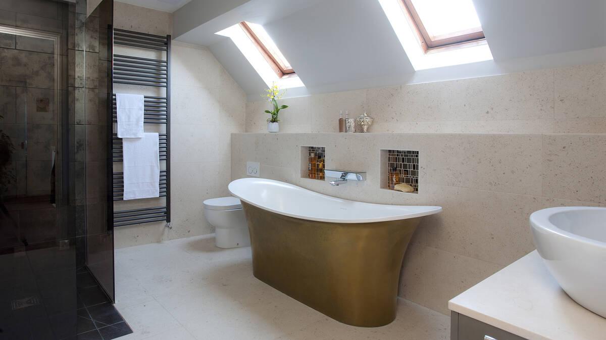 配有青色浴缸的梦幻浴室。