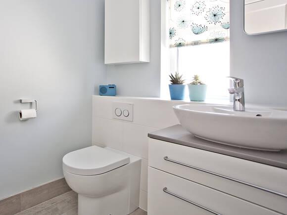 小面积平面图上的浴室设计。