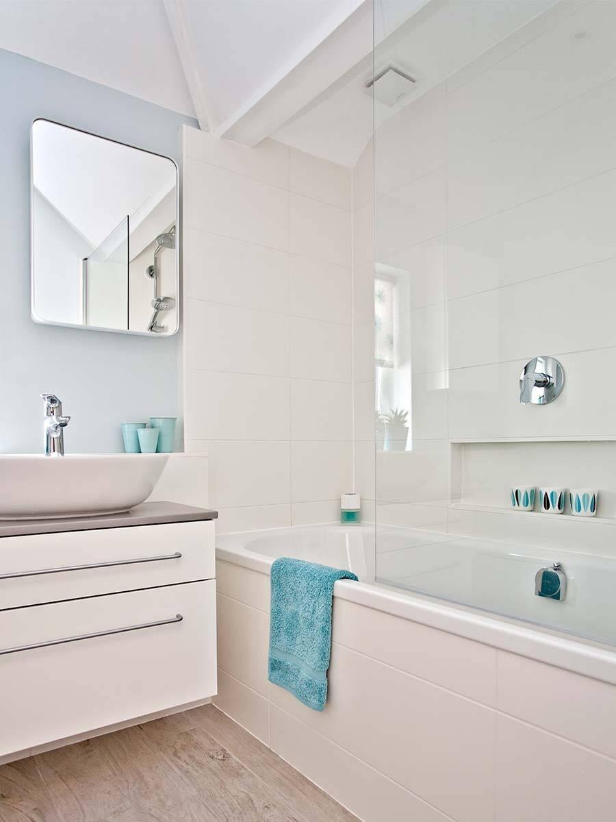 Wohnliches Badezimmer auf kleinem Grundriss einrichten ...