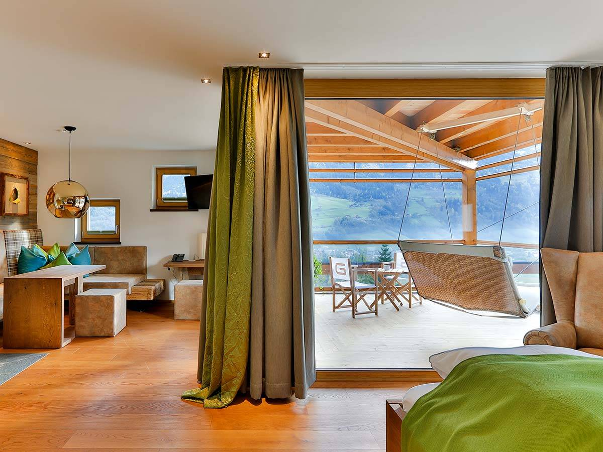 配有全景窗并采用贴近自然的装潢的大套房。
