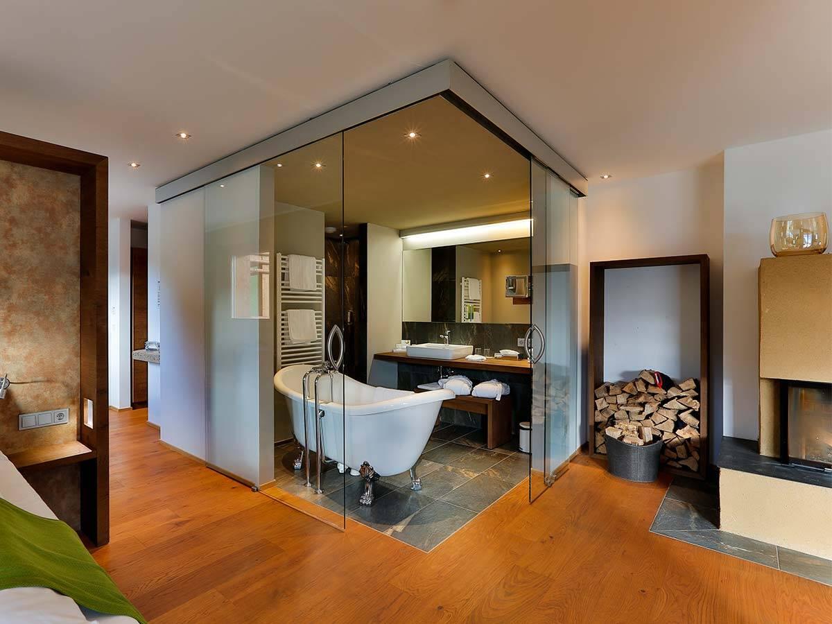 配有独立式浴缸的质朴浴室位于套房中央。