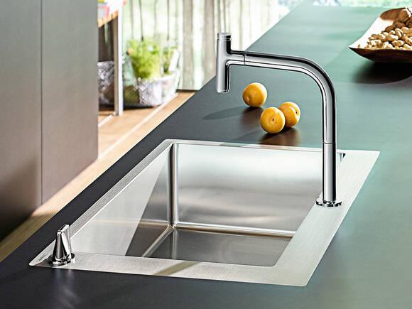 带有抬启式手柄的汉斯格雅 M71 系列优选双孔厨房龙头。