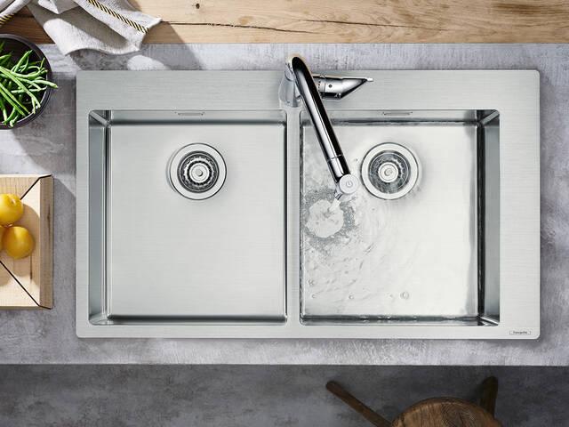 采用现代不锈钢双水槽的厨房。