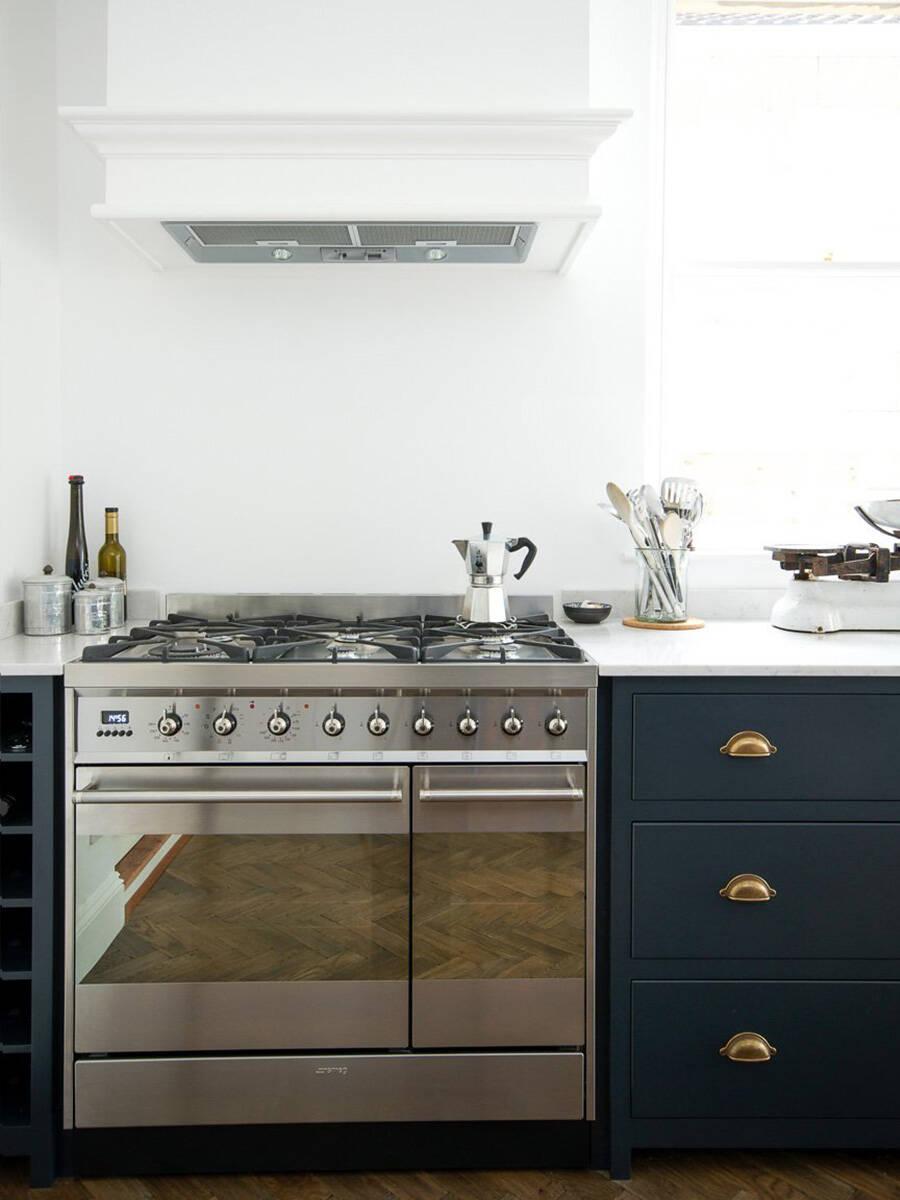现代起居式厨房中的怀旧装备。
