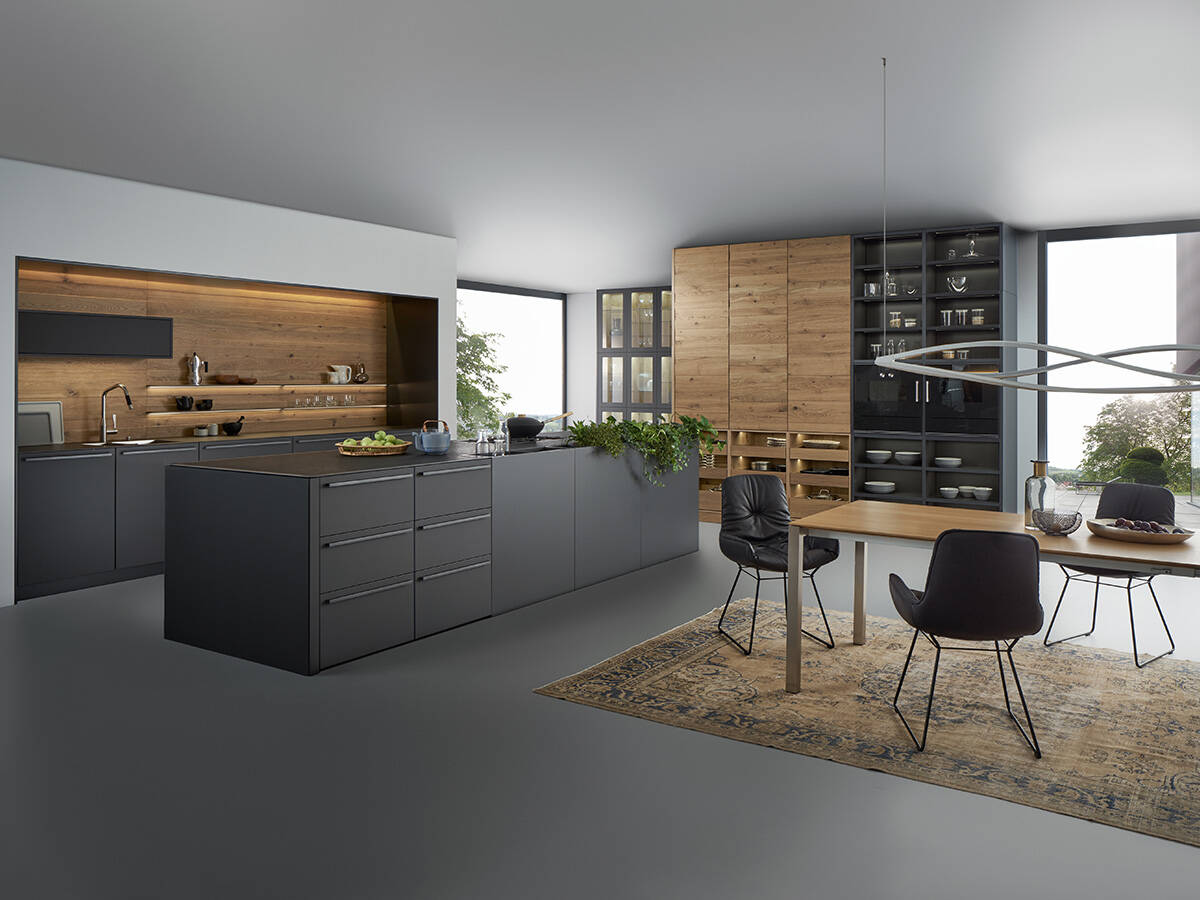 用于起居式厨房的温暖材料和朴素颜色。