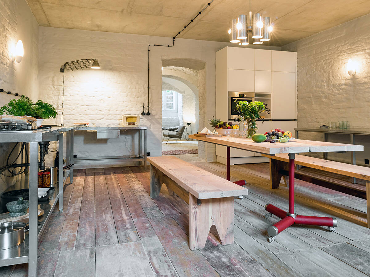 配备质朴家具的有气氛的梦幻厨房。