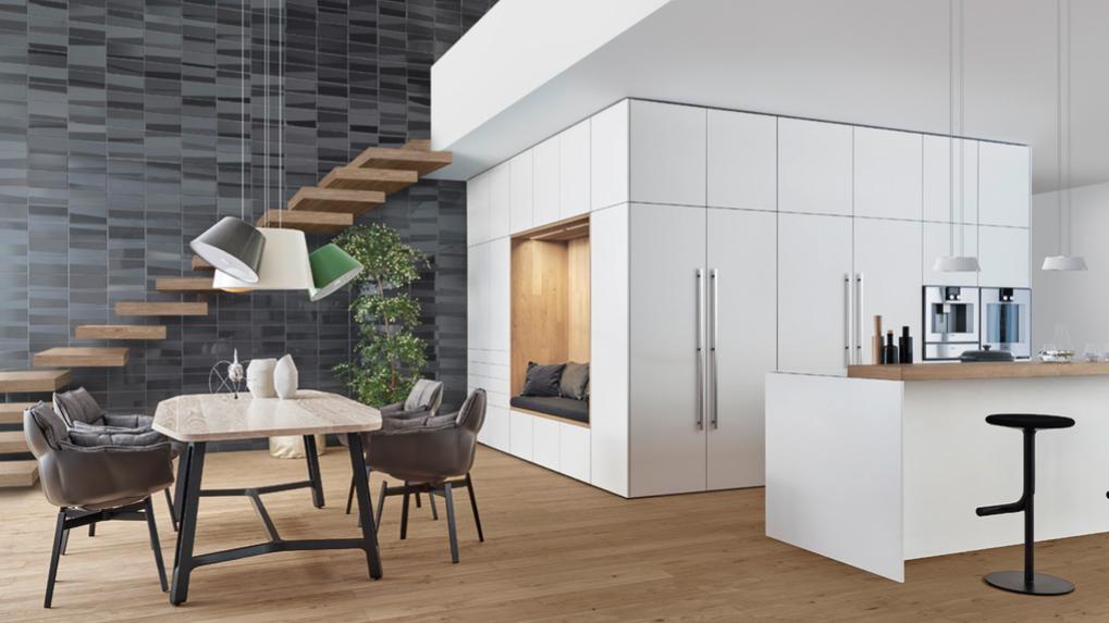 Essplatz In Offener Küche Mit Treppe Nach Oben.