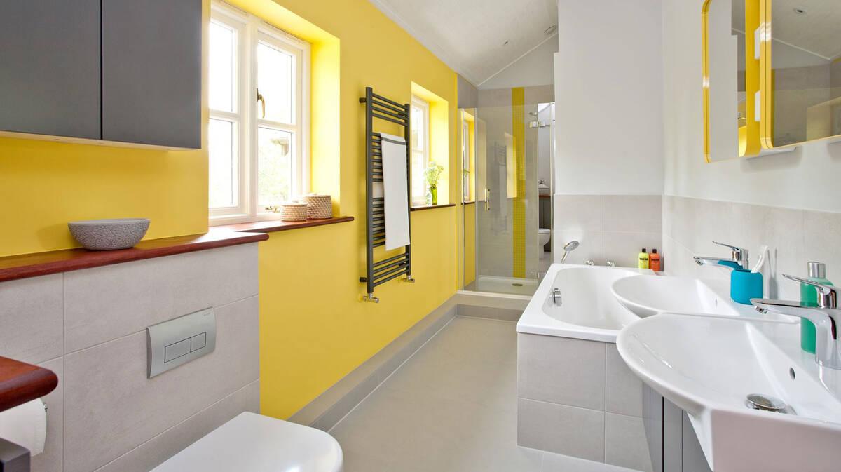 以亮黄色和太阳色打造活泼愉悦的浴室风。
