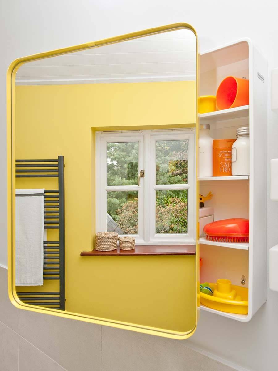 浴室内的色彩也在镜柜上绚烂。