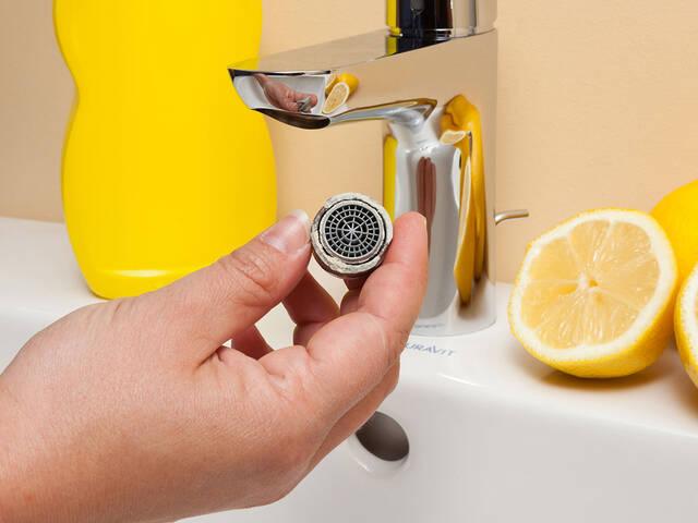 清洁水龙头上的水波器。