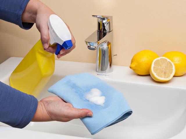 用棉布给龙头除垢。