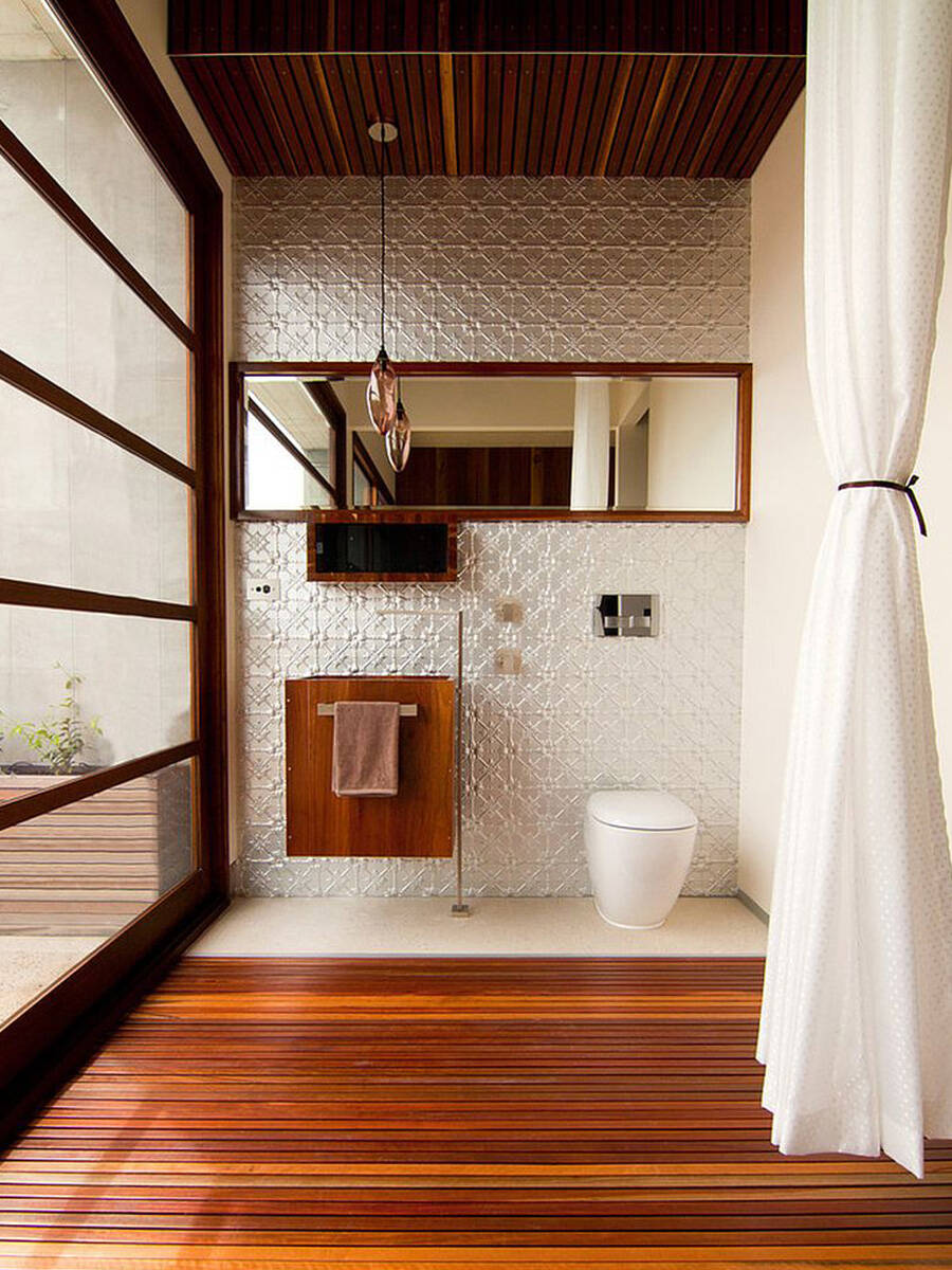 浴室潮流:带金属护壁板的墙面和木地板。