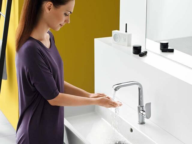 手柄在侧面的现代浴室龙头。
