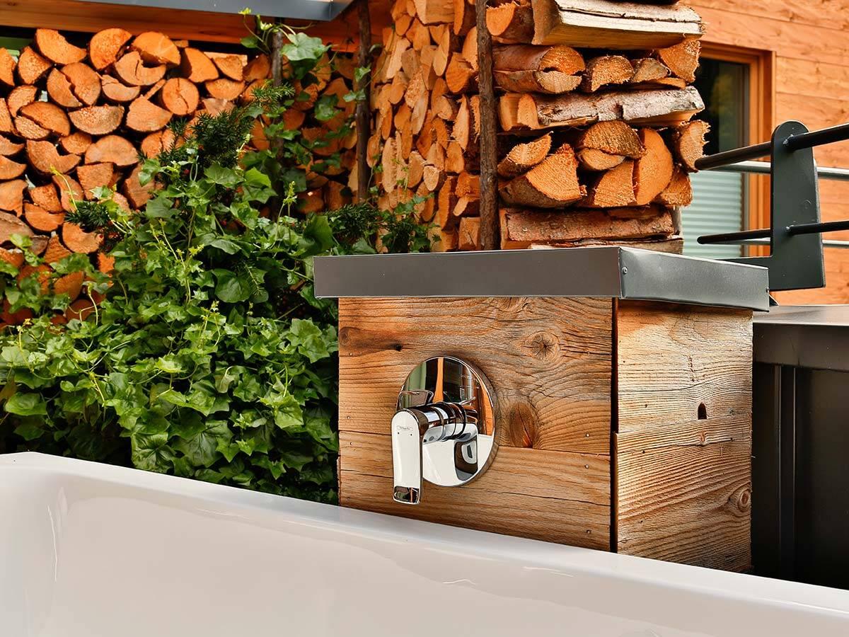 适合安装在木材上的高贵的镀铬浴缸龙头。