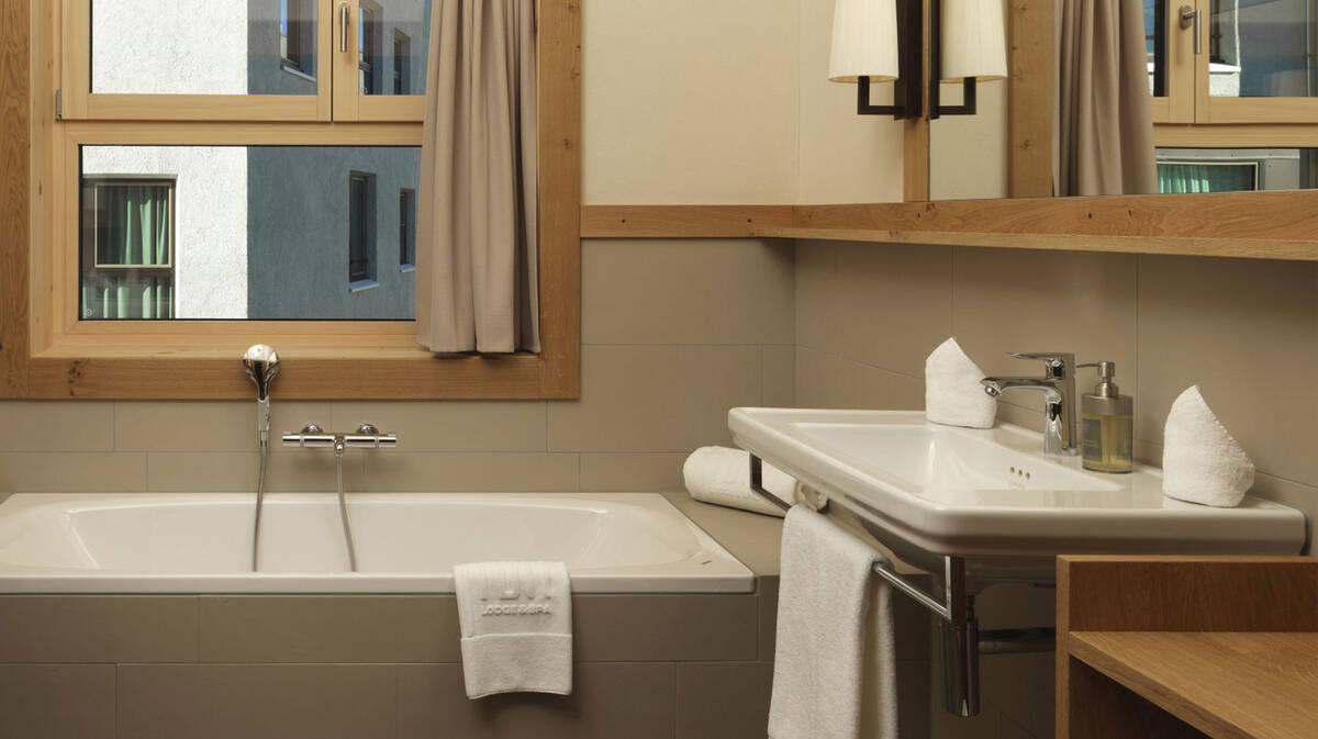 融入木质元素和镀铬龙头的舒适浴室。