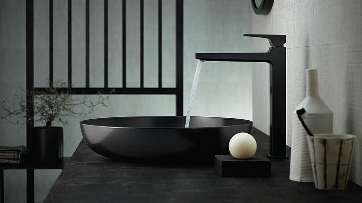 黑色碗盆旁边的黑色龙头。