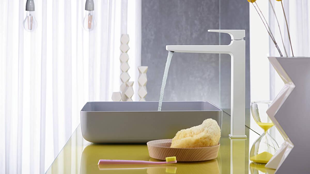 典雅的白色浴室龙头和白色的台盆。