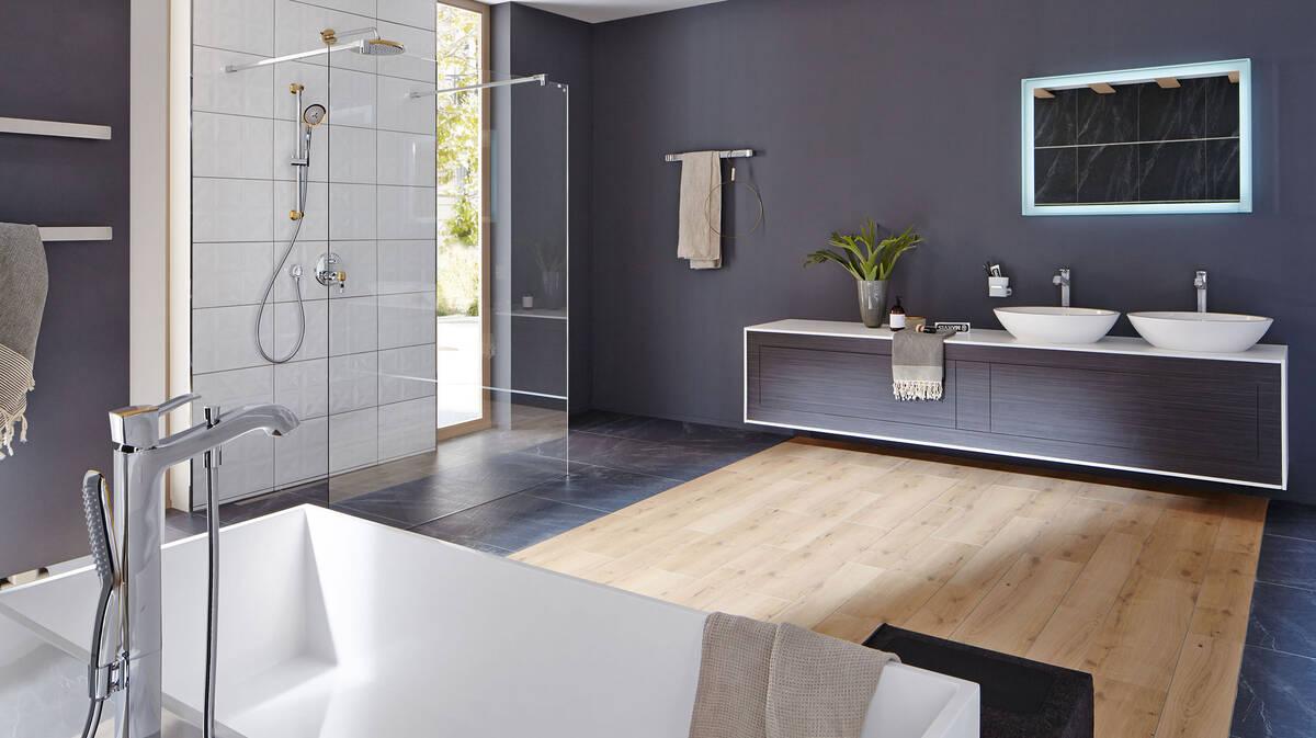 Großes Badezimmer kontrastreich gestalten | hansgrohe DE