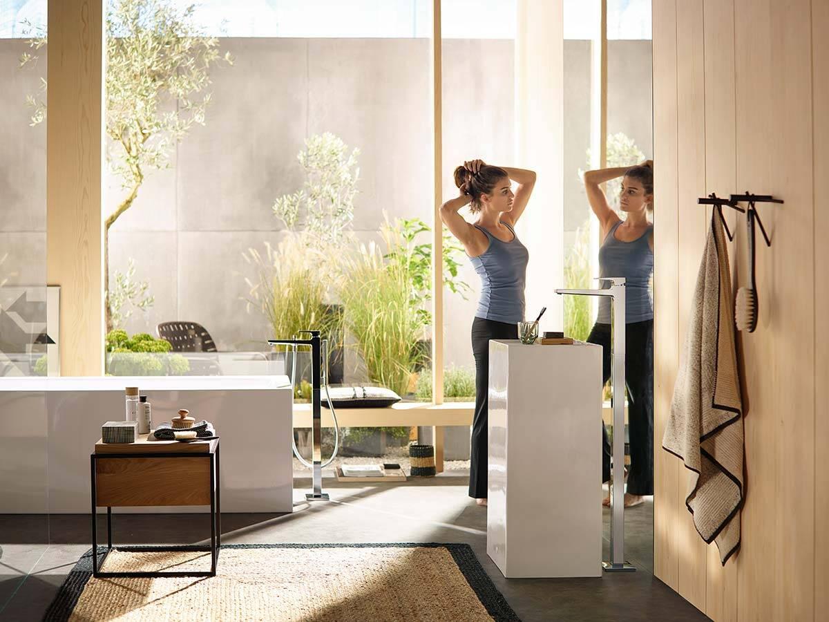 梦迪宝,浴室中的落地式设计龙头。