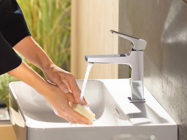现代浴室设备配置提示。