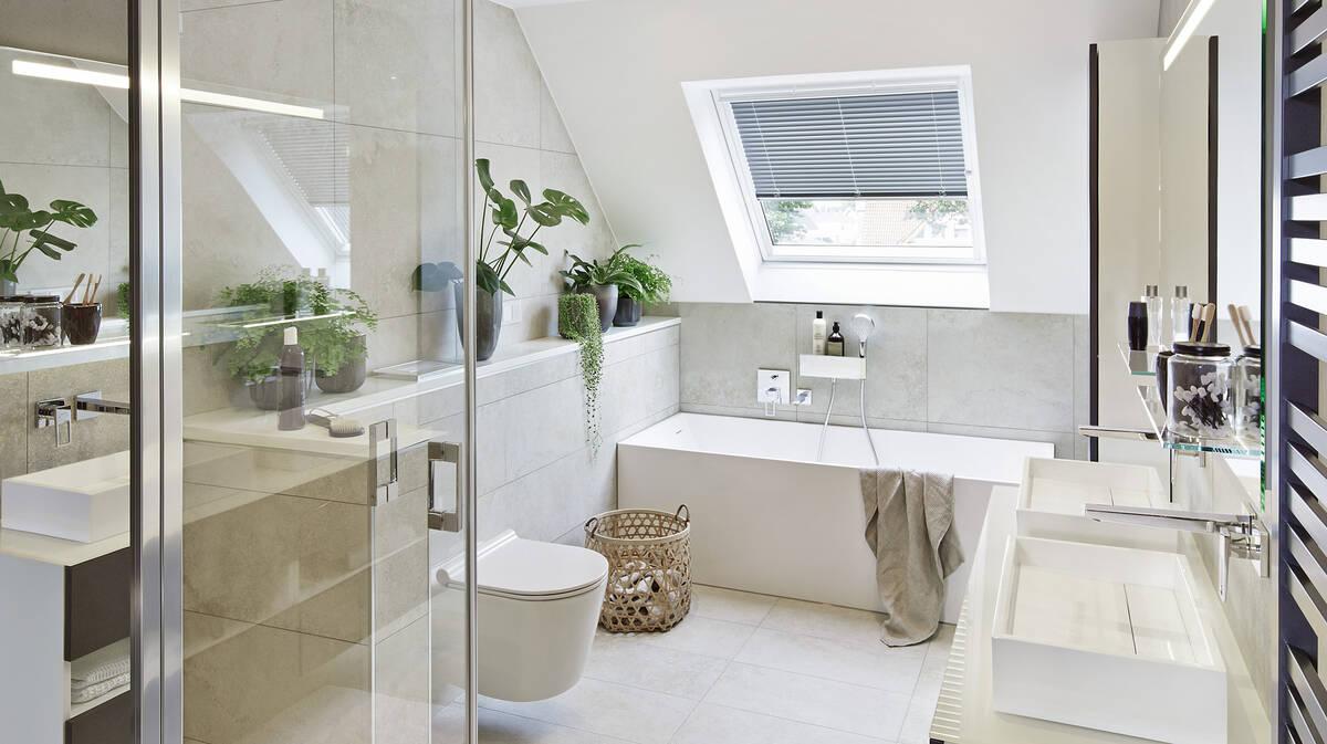 Traumbad mit Pflanzen. Badezimmer mit Dachschräge | hansgrohe DE