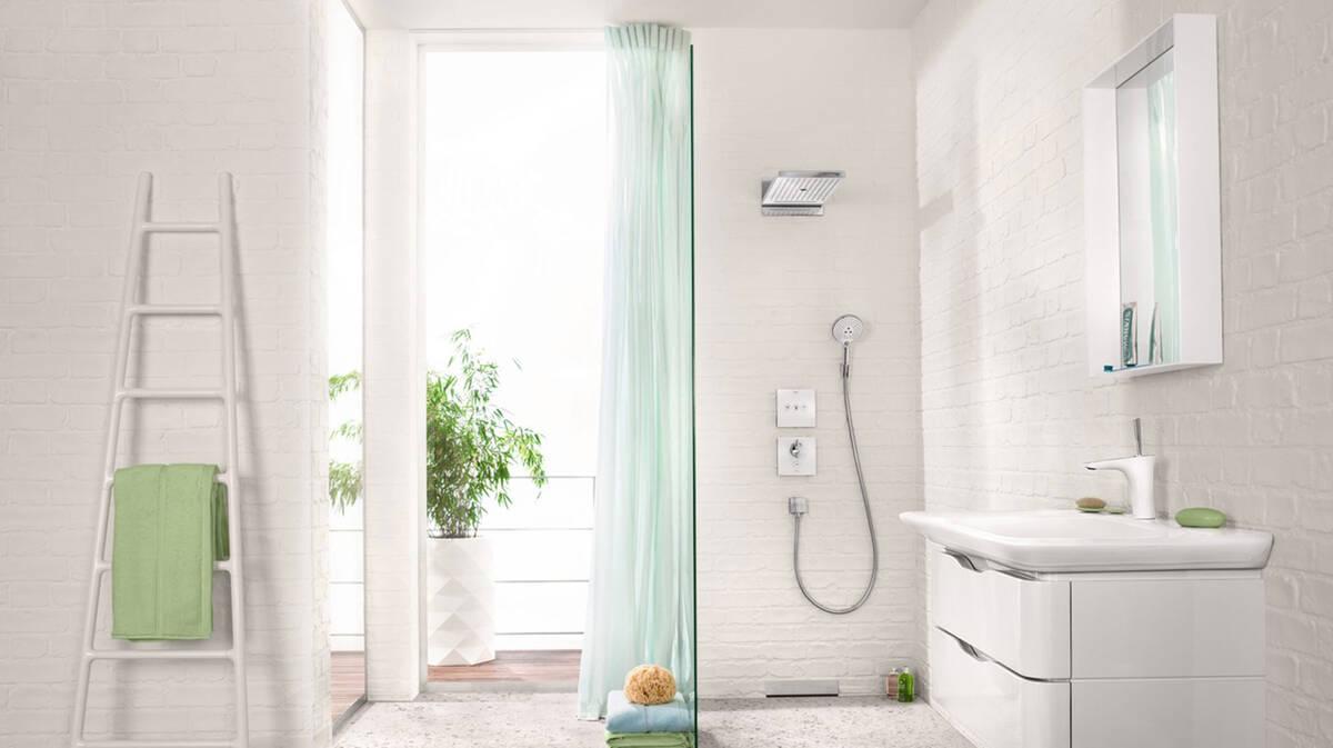 Helles Badezimmer In Erfrischendem Weiß Und Türkis