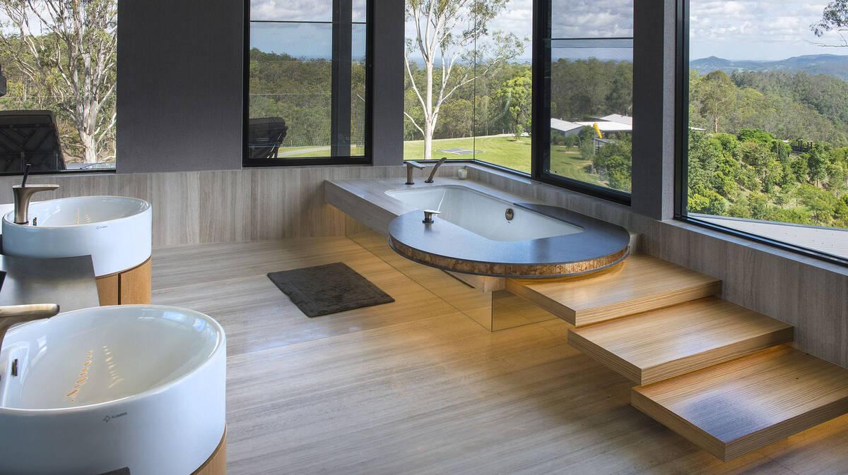 融入木质元素和巨幅窗户的自然浴室。