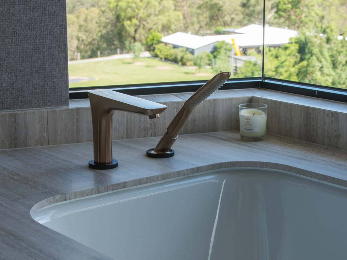 纯粹的古铜色浴缸龙头。