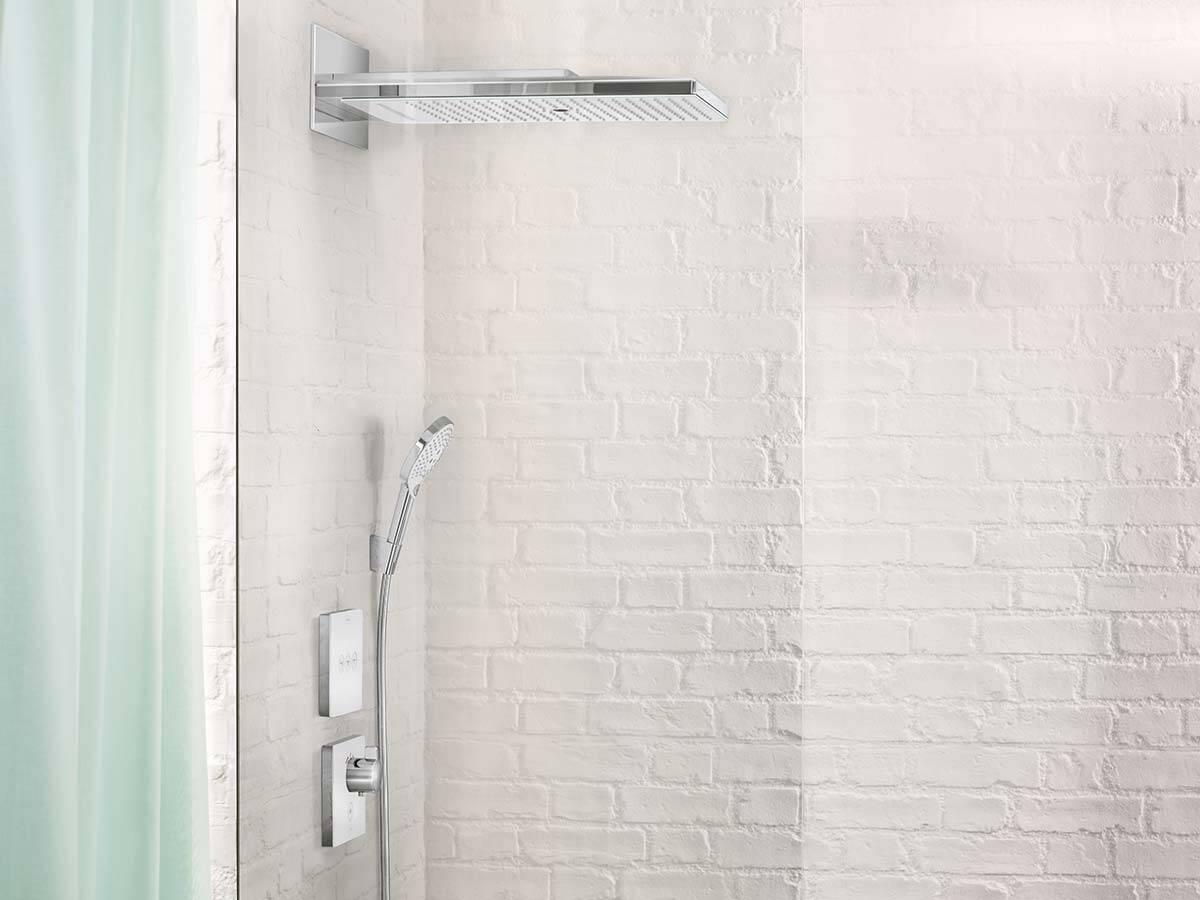 当下流行:白色砖墙前的现代浴室龙头。