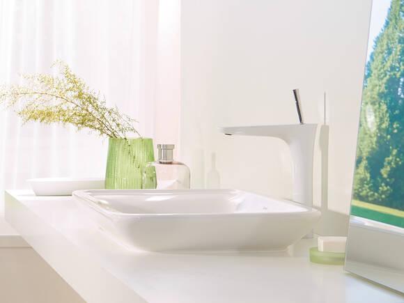 白色/镀铬外观的汉斯格雅普拉达龙头系列。