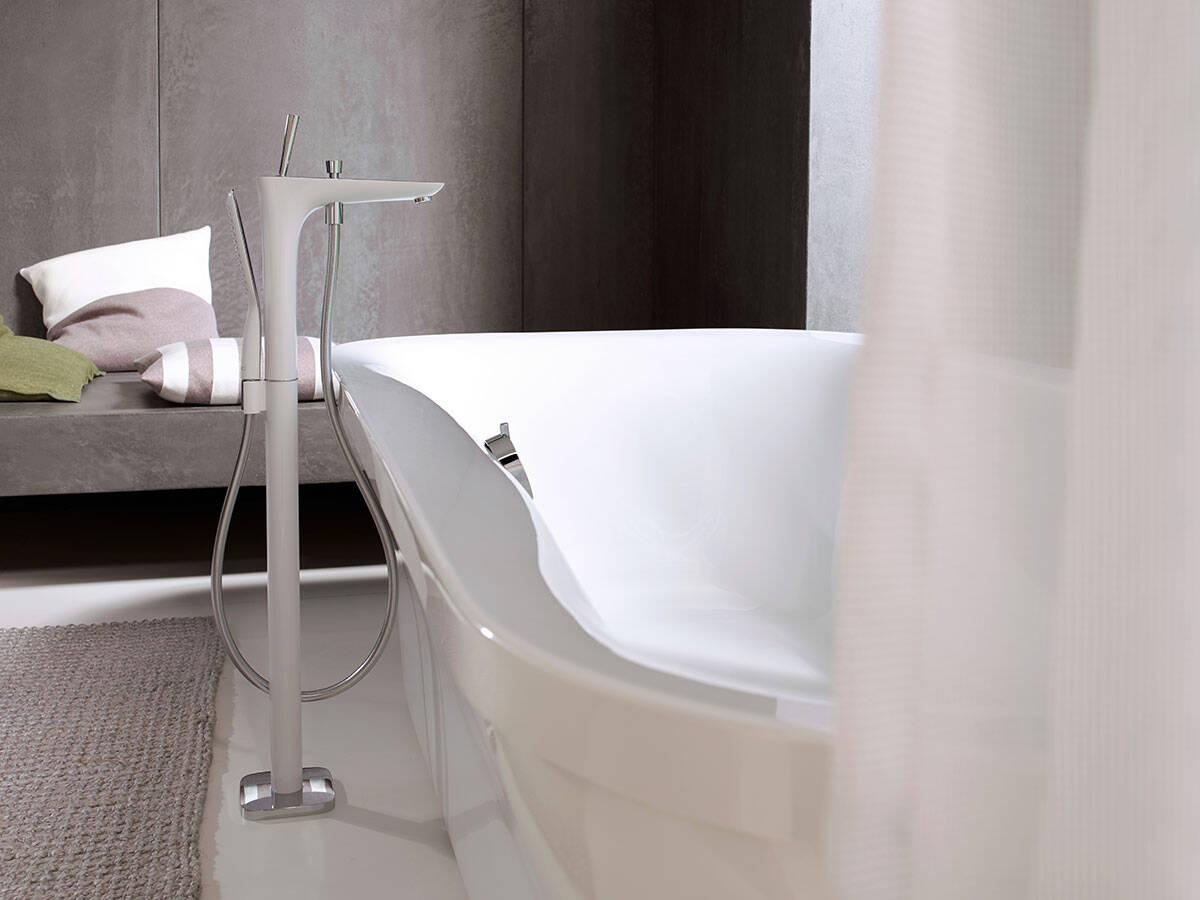 包含浴缸和落地式龙头的纯粹整体。
